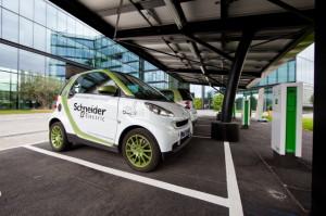Schneider Electric incentiva la mobilità sostenibile dei suoi dipendenti. Nella foto, veicoli aziendali elettrici e stazioni di ricarica dedicate.